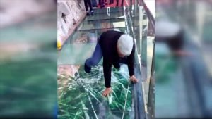 SwissOnlineDating.ch - The best dating site in Switzerland! - Tourist terrified by new glass walkway that cracks under weight 300x169